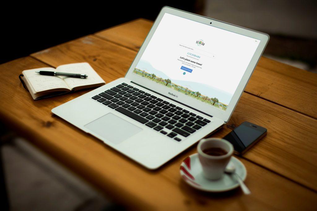 Ecosiaを映すMacBook